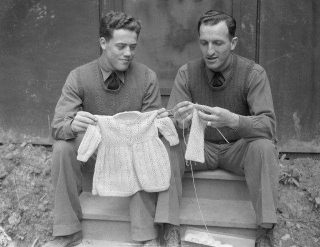 Twee mannen breien lekker samen